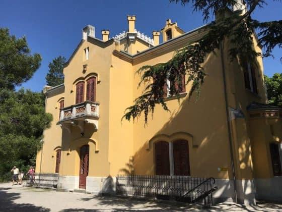 Scorcio edificio-museo nel parco di Miramare