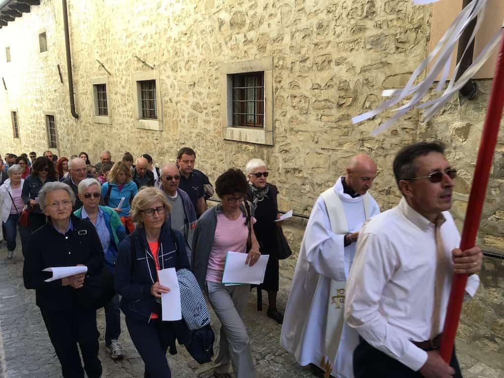 fedeli in processione