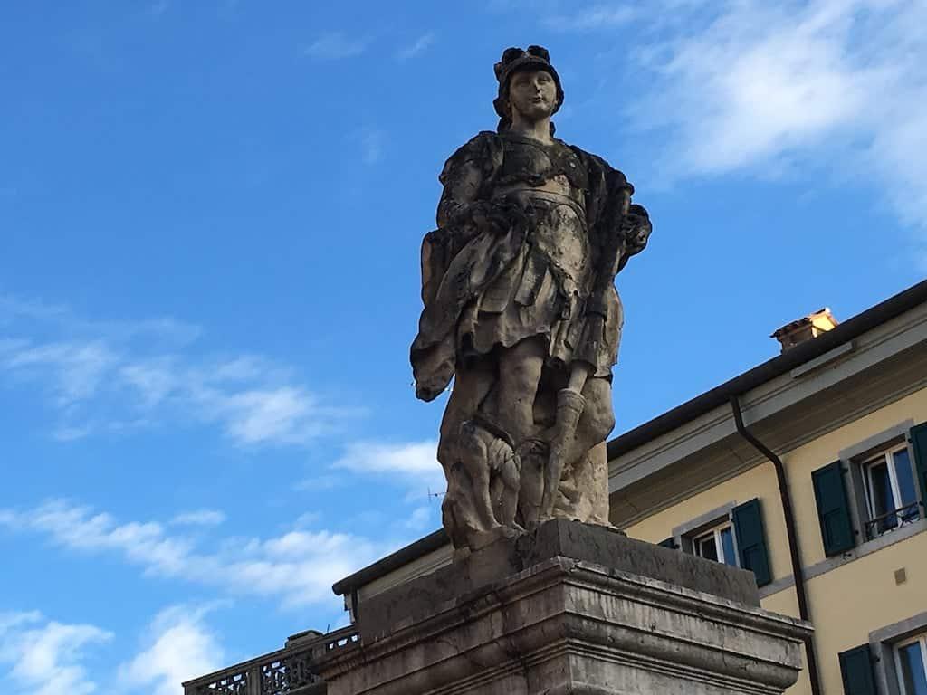 Statua in piazza Paolo Diacono