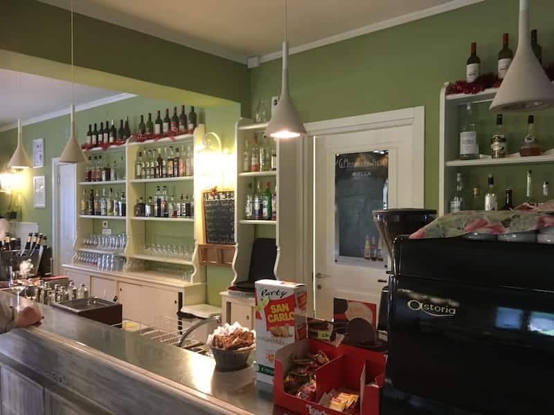 Utsikt över disken på Vineria Vencò baren