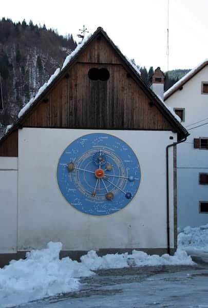 Uhr der Planeten in Pesariis
