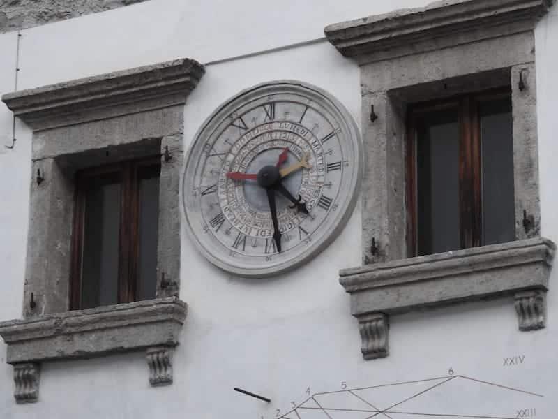 Casa con orologio