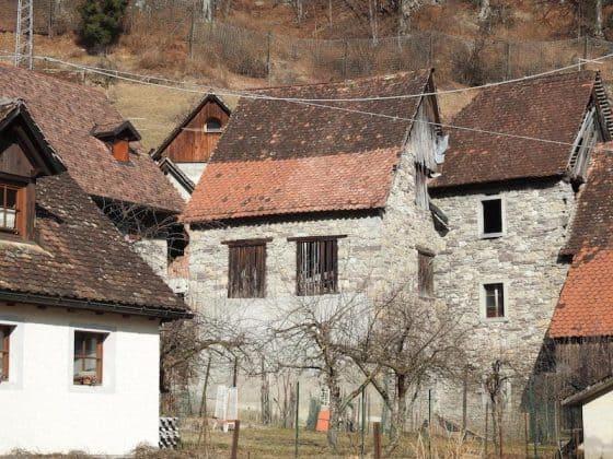 Vista difronte alla casa Pesarina