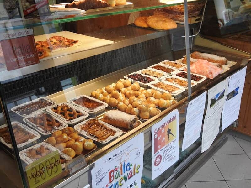 Pastry showcase från Solari konditori