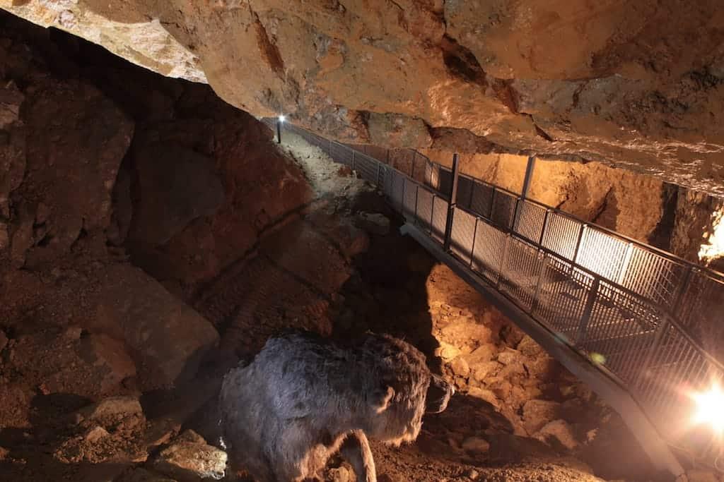 Cammino nelle grotte di Villanova