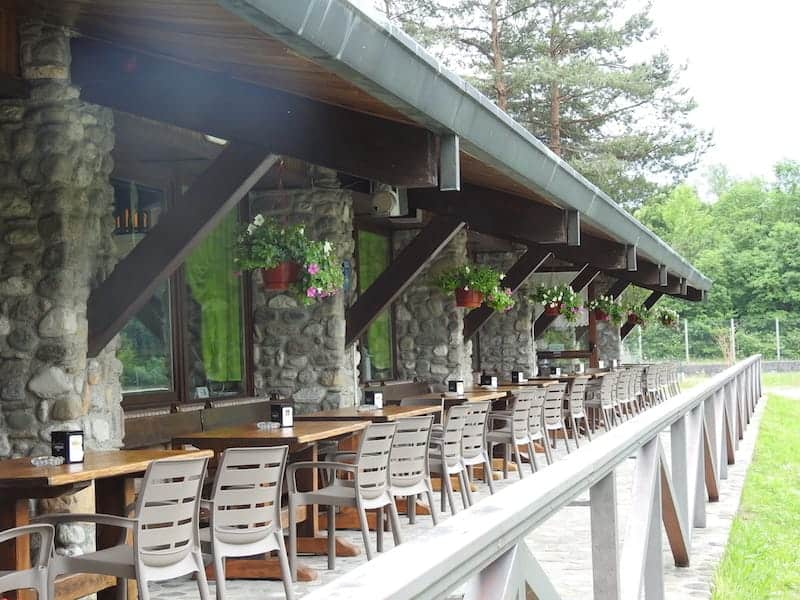 Tavoli all'aperto del ristorante Cison