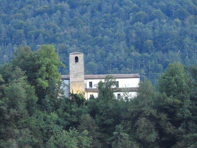 Pieve di Santa Maria Maddalena da lontano