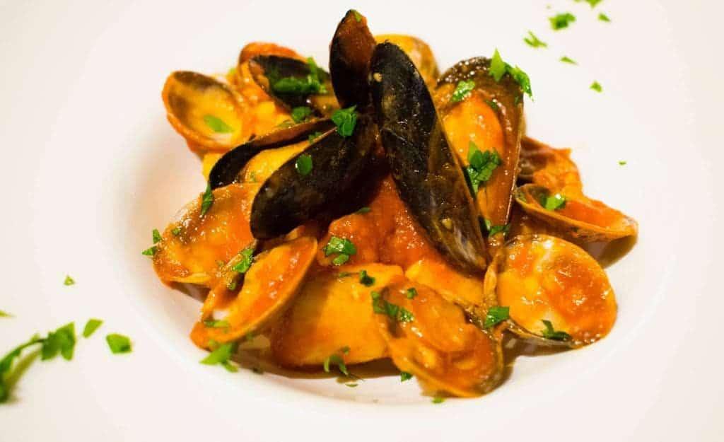 hemlagad potatis dumplingsmusslor och musslor soutè och körsbärstomater