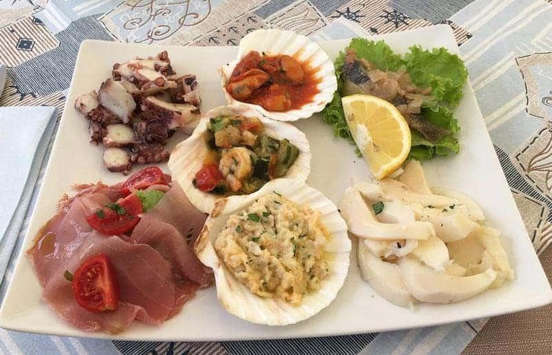 Vorspeise mit gemischtem Fisch