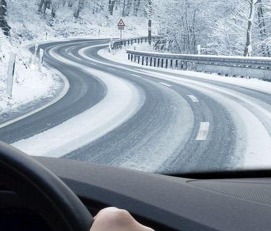 guidare sulla neve in montagna
